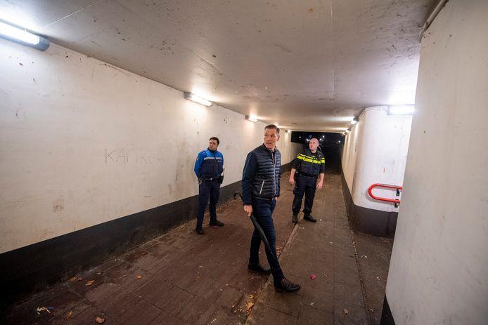 In oktober vorig jaar bezocht burgemeester Hans Broekhuizen (midden) het station in Vroomshoop. Daar was toen al sprake van veel vuurwerkoverlast.