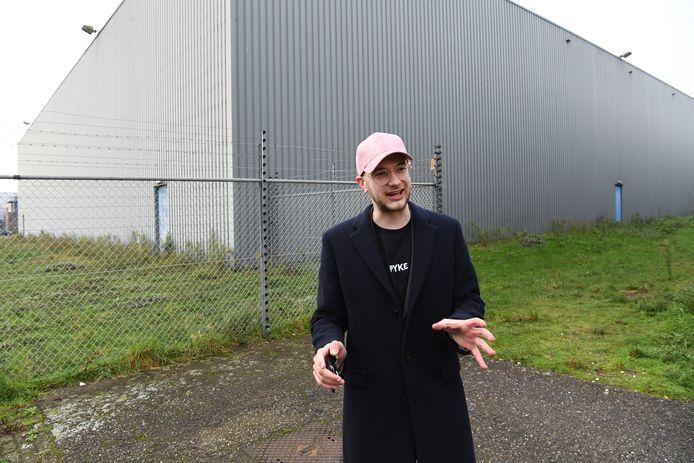 Erwin Douwes voor de Tilburgse bedrijfshal waar hij vanaf volgend jaar cannabis wil gaan telen.