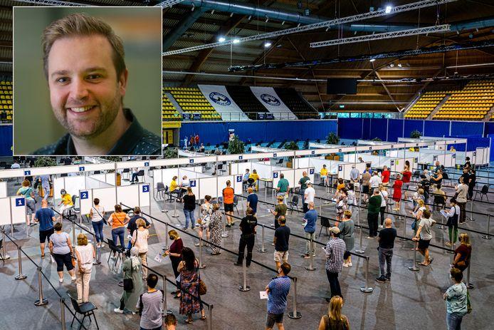 Een priklocatie van de GGD met als inzetje: Charlie van der Weijden, arts infectieziekten GGD Flevoland