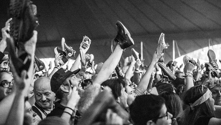 Het publiek tijdens het optreden van Het Zesde Metaal, dat gisteren plaatsvond. Beeld Instagram