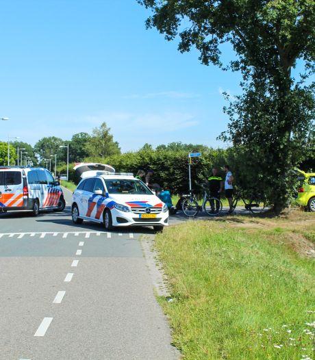 Automobilist schept fietser in Apeldoorn, slachtoffer gewond naar het ziekenhuis
