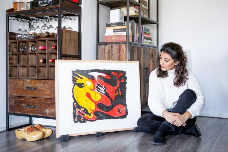 Gözde Yilmaz met het werk van Piet van Stuivenberg. Beeld Pauline Niks