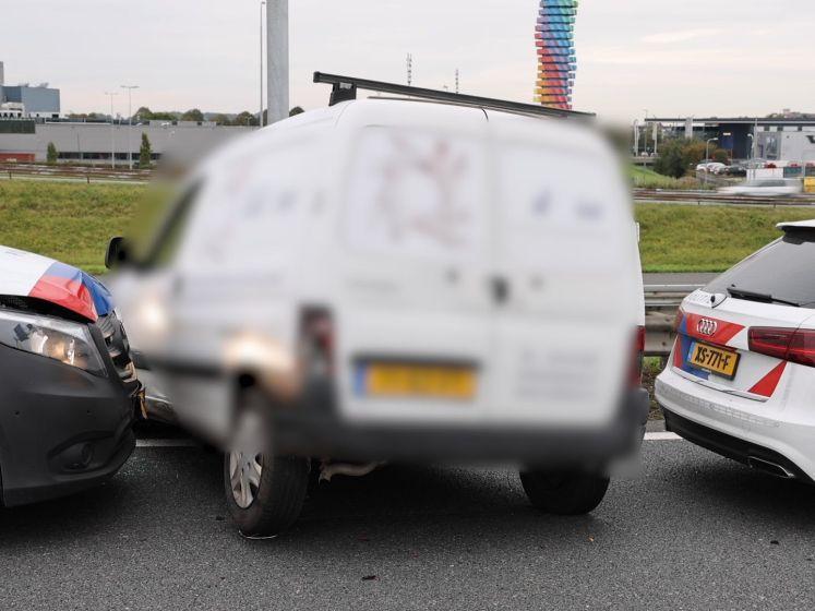 Bedrijfswagen door politie klemgereden op A4 na achtervolging