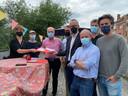 Buurtbewoners (links) overhandigen de petitie aan de verzamelde politici.