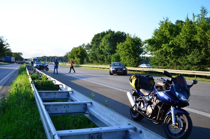 Bij een eenzijdig ongeluk op de A12 is een motorrijder gewond geraakt.