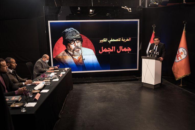 Opnamen van Al Sharq TV, een in Istanbul gevestigde tv-zender van de Egyptische oppositie. Ayman Nour (staand rechts), een oude bekende in de Egyptische politiek, heeft de Egyptische Nationale Alliantie opgericht. Beeld Nicola Zolin