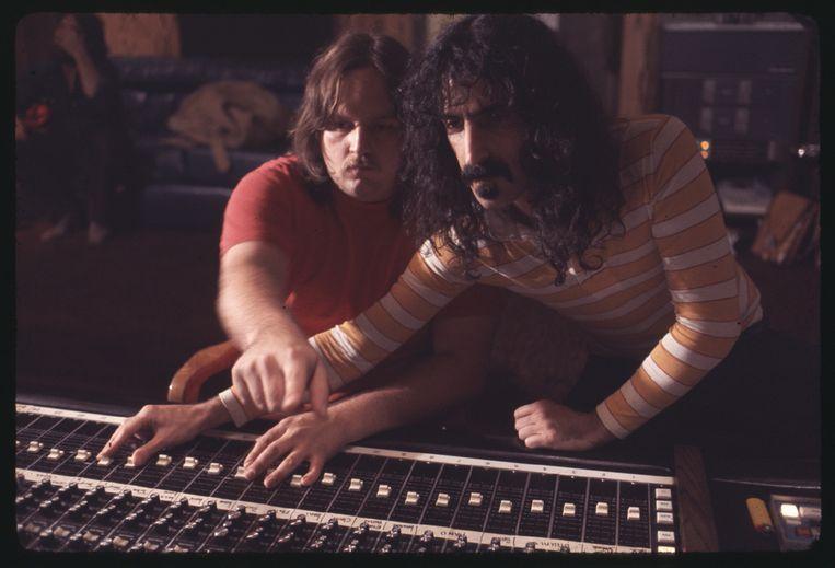 Zappa aan de knoppen in de studio. Beeld