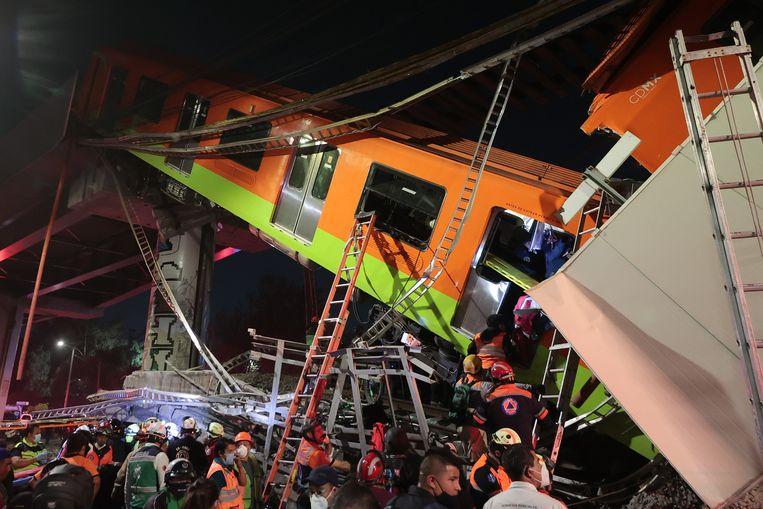 Hulpverleners zoeken naar overlevenden nadat een verhoogde metrobaan op 3 mei 2021 in Mexico City, Mexico instortte. Beeld Getty Images