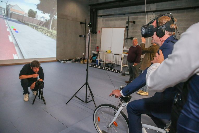 Minister Ben Weyts test de app uit met 3D-bril.