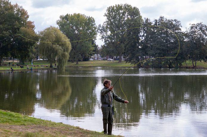 Vliegvisser Erik bel in actie in de Proosdijvijver.