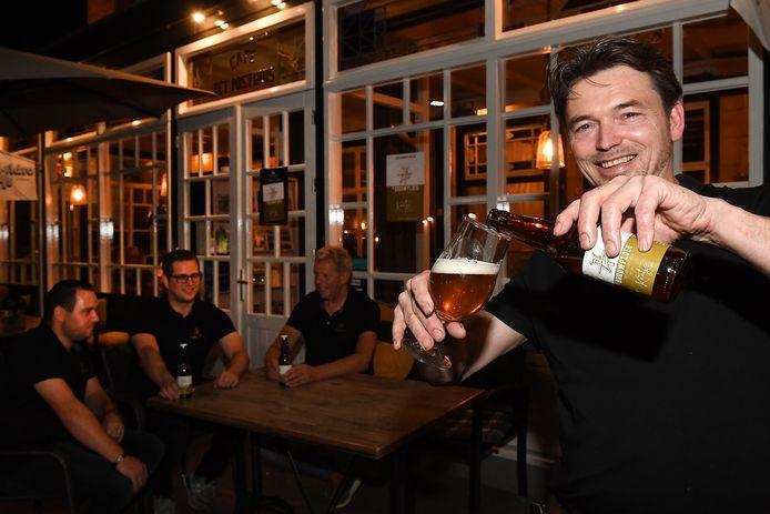 De Brouwploeg maakte een Beugens biertje:  Kaatje Tripel. De vier brouwers zijn Aaron Fransen, Kay Boumans, Theo Driessen en kroegbaas André Peters die een glaasje inschenkt.