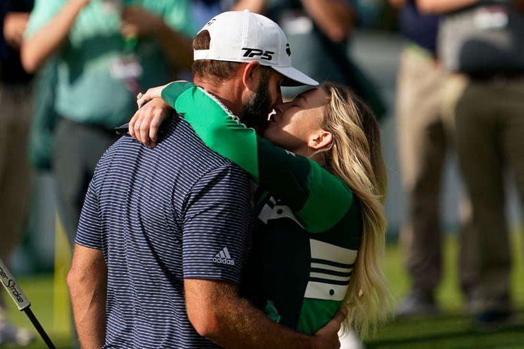 Dustin Johnson krijgt een kus van zijn vrouw Paulina Gretzky. Beeld AP