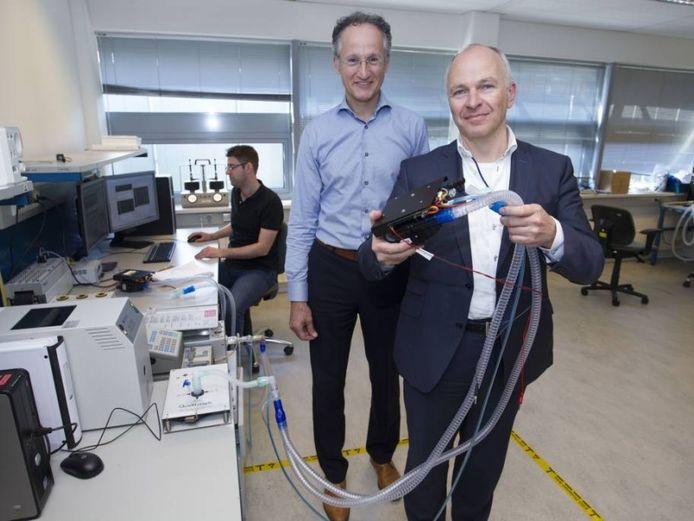 Dennis Schipper (voorgrond) en Toon Hermans, directeur van dochterbedrijf Demcon Macawi.
