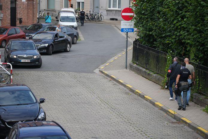 Des dizaines de policiers accompagnés de chiens sillonnent le périmètre de la Nieuwewandeling, où se situe la prison.