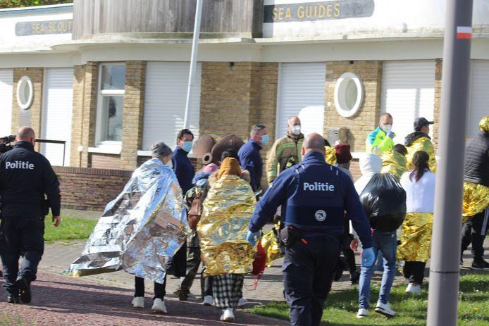 De vluchtelingen worden overgebracht naar de scoutslokalen langs de Paul Orbanpromenade in Nieuwpoort.