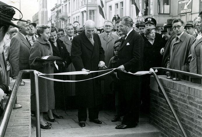De officiële opening van de voetgangerstunnels in 1953 op de hoek met de Jansstraat door oud-burgemeester De Monchy, daarbij geholpen door toenmalig burgemeester Matser.