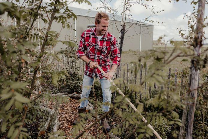 Tom Groot aan het werk in zijn eigen tuin.