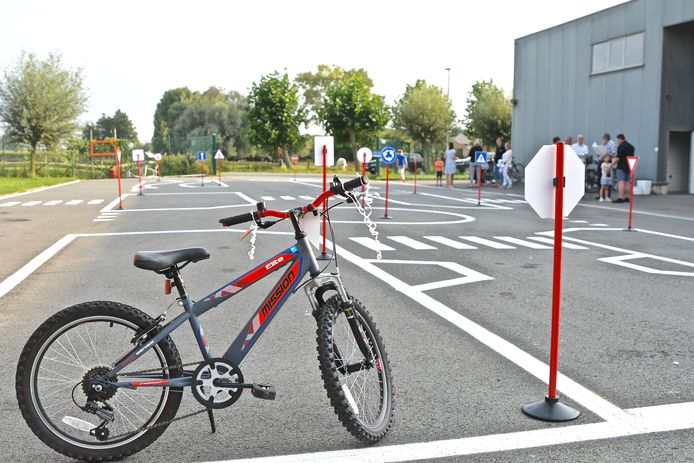 Op het binnenplein van de jeugdlokalen in de Krekelstraat in Meulebeke werd het fietsparcours voorgesteld.