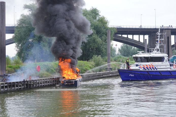 Een plezierboot is uitgebrand in de Lindenberghaven in Nijmegen. Een Duitser en zijn hond raakte gewond.