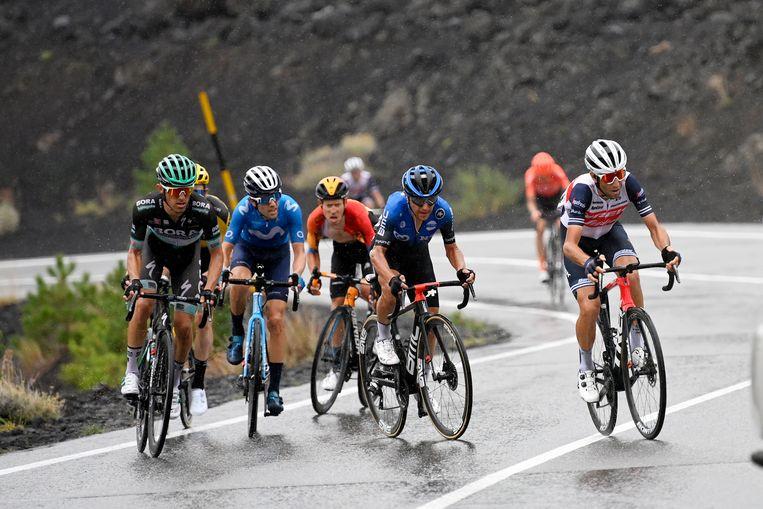 Wie wint de Giro? Het kunnen alle renners op deze foto zijn. De Italiaan Nibali rijdt rechts op kop, Steven Kruijswijk rijdt verscholen achter Rafal Majka in het geel. Wilco Kelderman rijdt voor deze groep uit. Beeld AP
