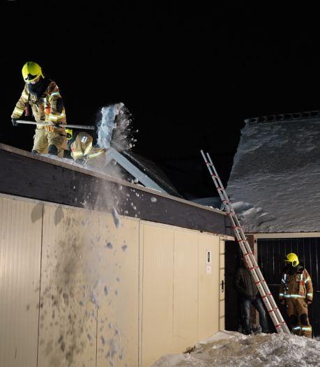 Exclusieve oldtimers in garage Groessen dreigen geplet te worden door inzakkend dak