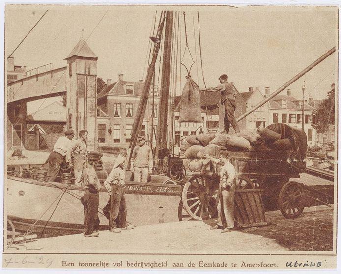 Haventafereel aan de Kleine Koppel. Op de achtergrond de huizen van de Grote Koppel, met links de firma J. van Vollenhoven, fabrikant van veevoeder.
