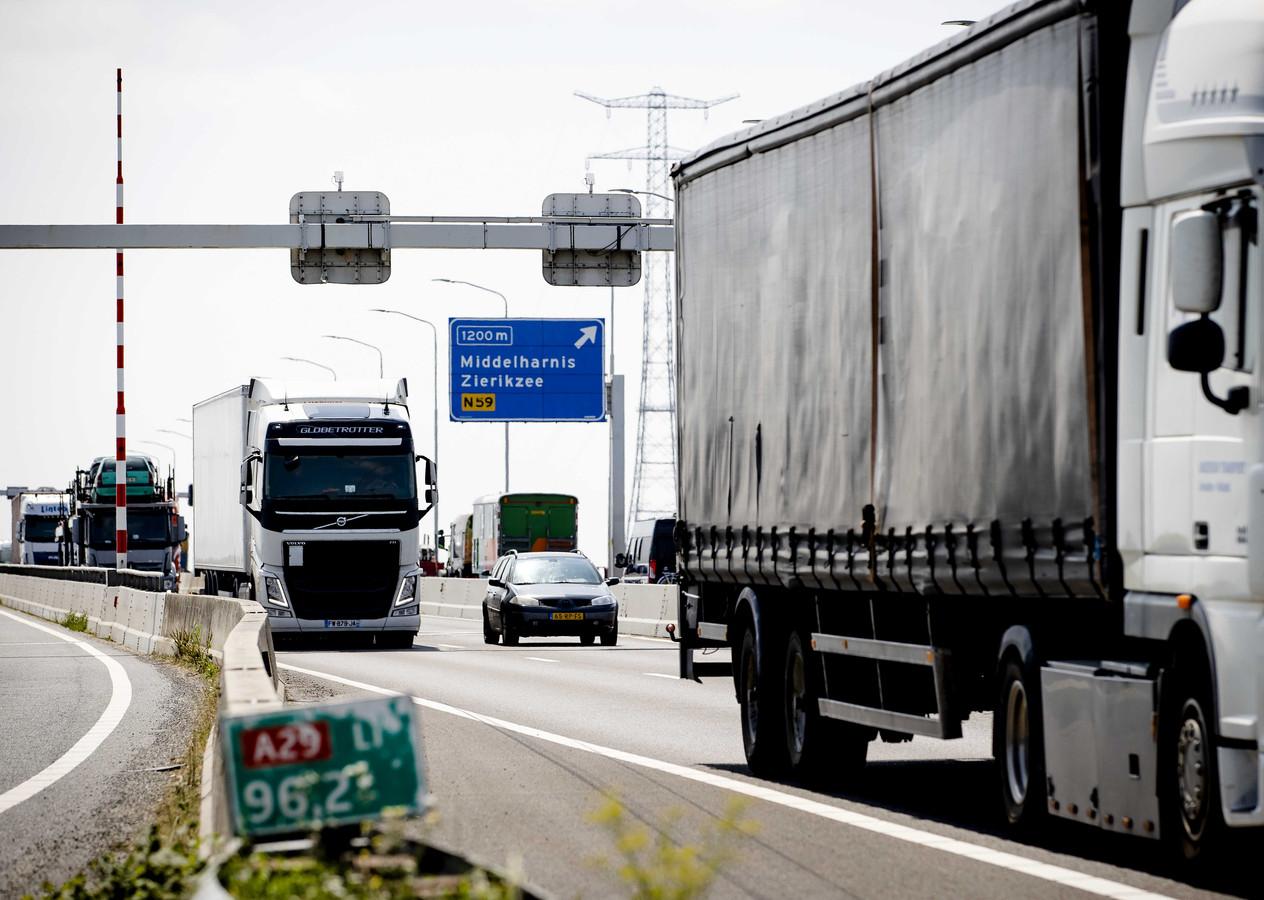 Verkeer op de Haringvlietbrug. Op de brug geldt binnenkort een maximumsnelheid van 50 kilometer per uur in plaats van 100. ANP SEM VAN DER WAL
