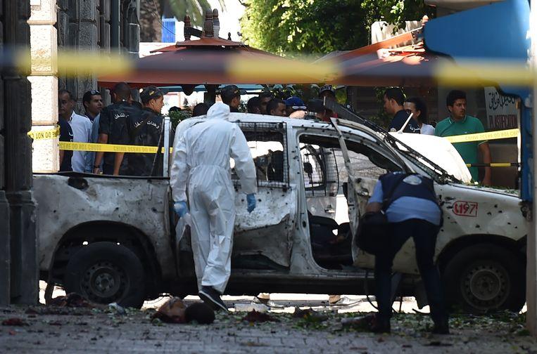 Onderzoekers van de politie bij een van de plekken van de zelfmoordaanslagen. Beeld AFP