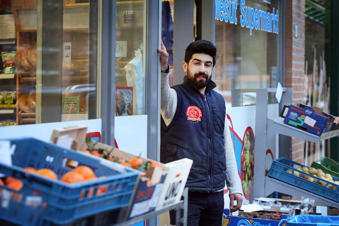 BREDA - Mehmet Karabacak, eigenaar van Turkse supermarkt 'Mesut' in Breda volgde een inburgeringscursus, omdat hij dat graag wilde.