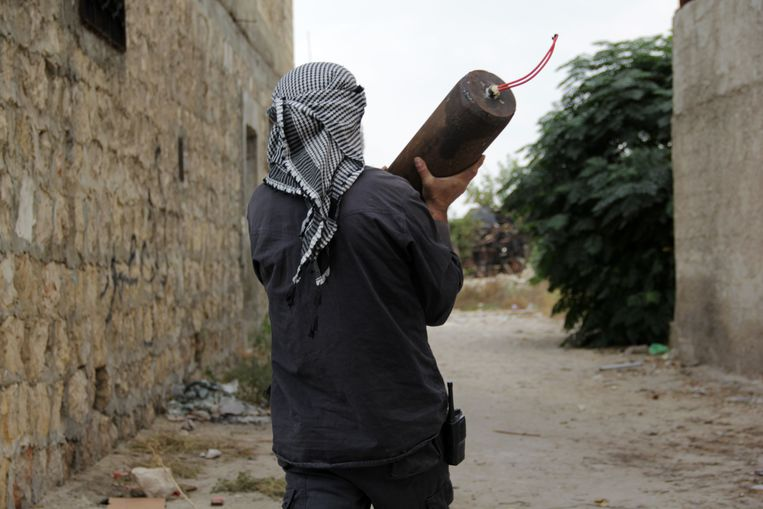 TOPSHOTS A Syrian rebel carries an improvised explosive device (IED) in the northern city of Aleppo on November 9, 2013. Syrian rebels retook a strategic base in the northern Aleppo province, as shelling killed at least 11 people in nearby Aleppo city, the Syrian Observatory for Human Rights said. AFP PHOTO/KARAM AL-MASRI Beeld AFP