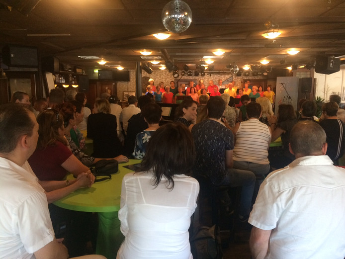 De zaal van D'n Brouwer in Mariaheide zat mooi vol met liefhebbers van koormuziek.