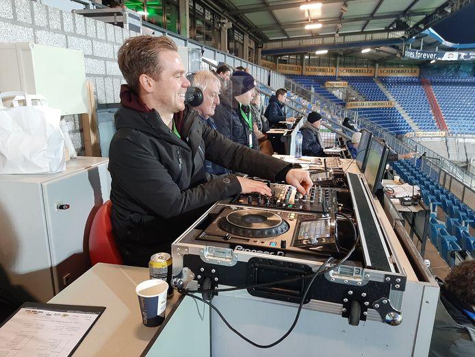 Willem II's deejay Lars Oomens tijdens de wedstrijd tegen VVV.