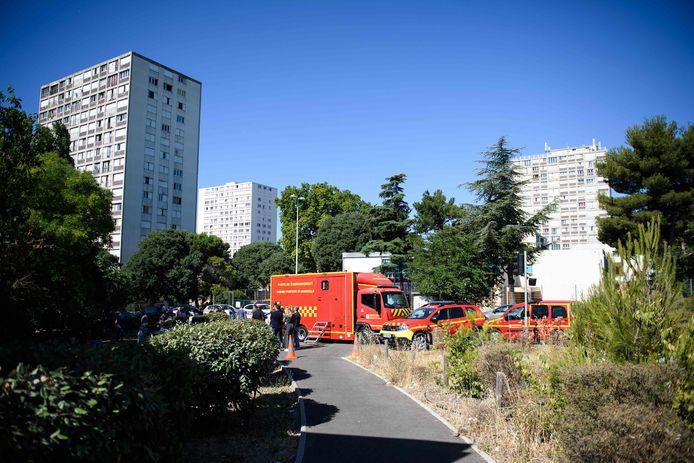 Des pompiers du Bataillon des Marins-Pompiers de Marseille se tiennent près du bâtiment où s'est déclaré l'incendie.
