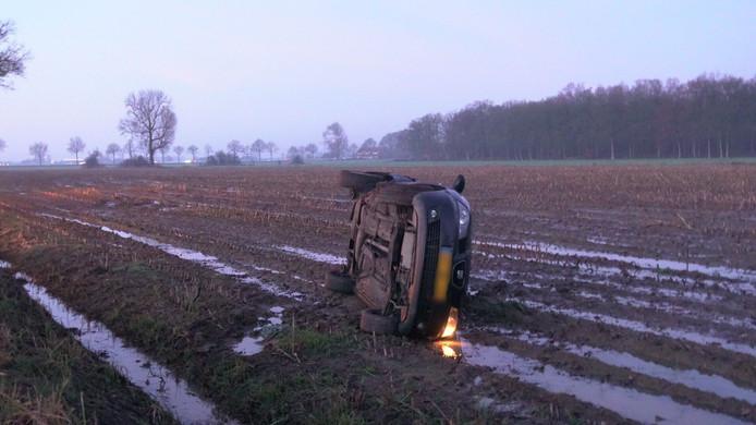 De auto belandde op de zijkant in een weiland.