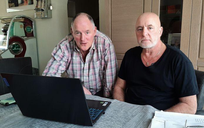 Andy Knobel (li) en Barro Wijkmans van het bewonerscomité Kalsdonk in Roosendaal lezen het onderzoeksrapport van de Commissie Ombudsman.