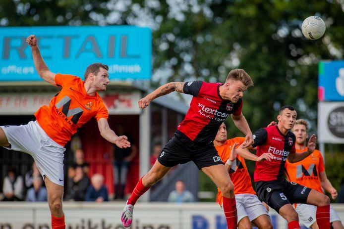 September 2020: Tim Siekman probeert namens HHC in de lucht Lowie van Zundert van De Treffers te bestoken. De verdediger speelde na zijn terugkeer in Hardenberg maar 5 competitiewedstrijden.