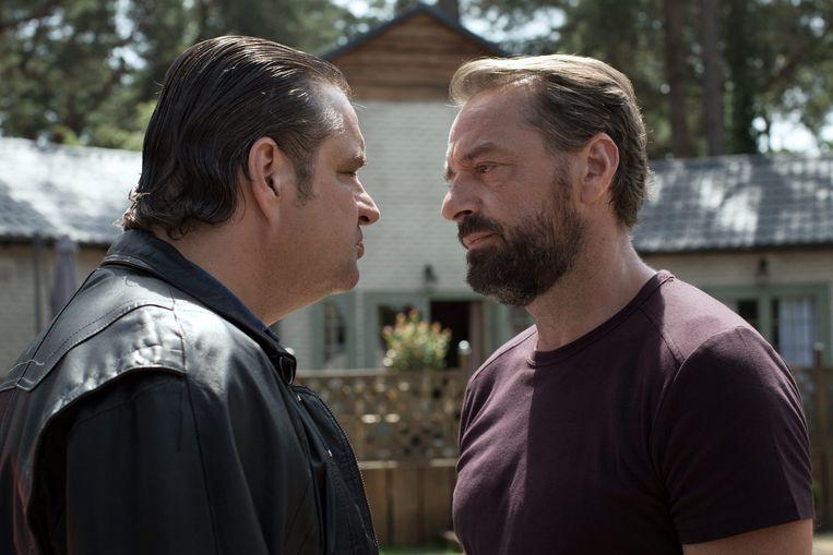 Netflix investeert vanuit Nederland mee in de nieuwe VRT-reeks 'Undercover', waarin Tom Waes (r.) de hoofdrol speelt. Naast hem zie je onder meer ook Frank Lammers (l.). Beeld vrt