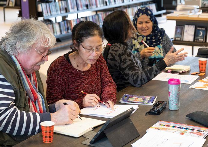 Taalspecialisten helpen mensen die worstelen met de Nederlandse taal in de bibliotheek.