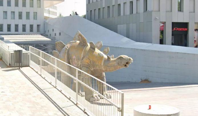 De dinosaurus van papier-marché in Santa Coloma de Gramenet. Het beeld is nu weggehaald.