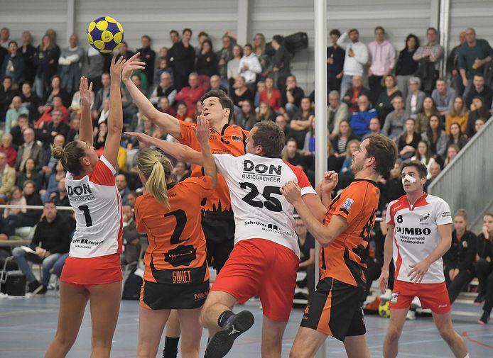 TOP Arnemuiden (rood-wit) was Swift de baas in de finale van het Zeeuws Korfbal Spektakel.