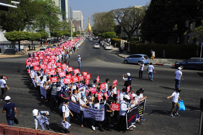 Demonstranten tegen de militaire coup in Yangon, de grootste stad van Myanmar. De protestbeweging wil de coupplegers van elke legitimiteit en steun beroven. Beeld Getty Images