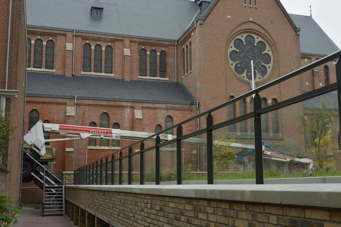 Hoogwerker omgevallen bij Heilig Hartkerk in Breda