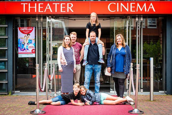Vanaf links met de klok mee, Ilona Heeremans en Niels Gaastra, Tom van Rijsdam met dochter Zoë op zijn schouders, Wendy van Leeuwen en liggend, haar dochter Isabella en zoon Nathan.