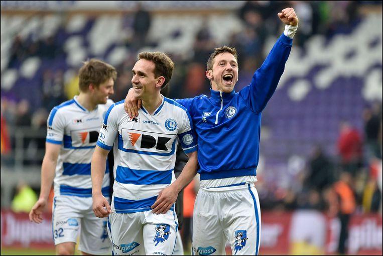 Kums en Dejaegere vieren hun overwinning op het veld van Anderlecht.