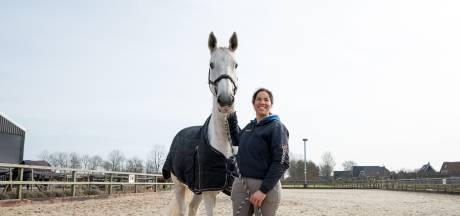 Een stralend gezicht, daar zet Santoucha zich graag voor in: ze geeft paardrijlessen om gehandicapten te steunen