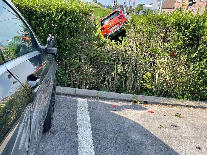 Via de enige vrije parkeerplaats op de parking van Mercedesgarage Declercq reed de Citroën C3 door en over de haag met de buren. De rechterkant van een geparkeerde Mercedes van een klant liep zware schade op.