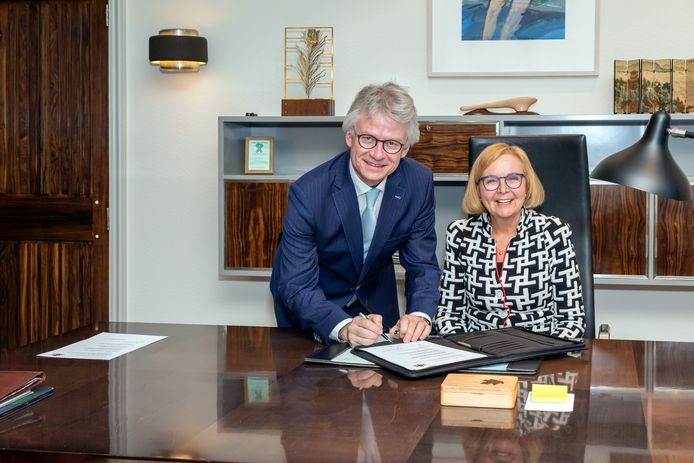 De waarnemend burgemeester van Wijchen Marijke van Beek en Commissaris van de Koning John Berends.