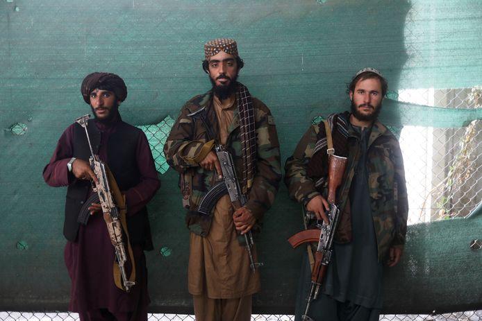 Foto ter illustratie. Talibanstrijders poseren.