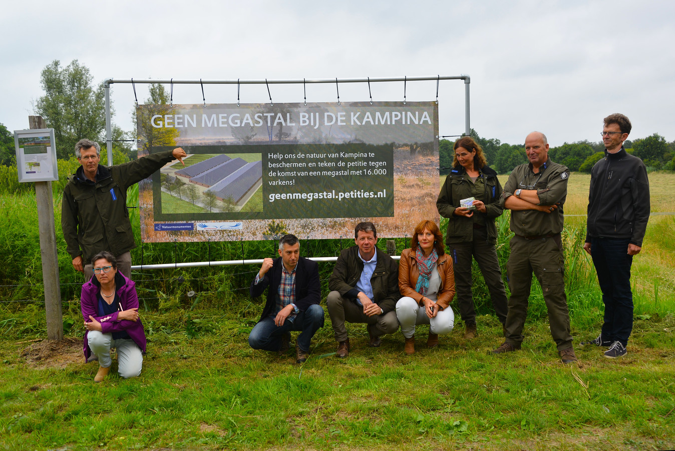 Natuurmonumenten en Brabantse Milieufederatie (BMF) protesteren al jaren tegen de komst van een nieuwe varkenshouderij aan de rand van de Kampina.