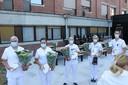 Enkele personeelsleden met bloemen